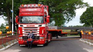 Burgemeester Martijn Dadema opende op 14 mei 2016 de vernieuwde brug. Op de foto is goed te zien, welk vrachtverkeer er sindsdien over kan. Daarvoor moesten vrachtwagens met deze lengtes dwars door het dorp.