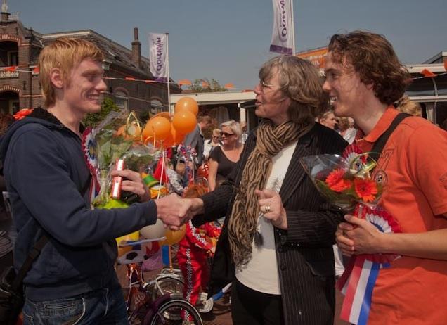 De jongens achter NuHeino (Michel Brinkhuis en de broers Niek en Jeroen Wolfkamp) werden in 2011 uitgeroepen tot Heino). Ze worden hier gefeliciteerd door Annie Jansen.