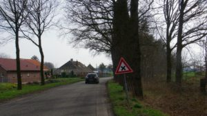 Op de Nieuwe Wetering zorgt de afslag naar Zus &Zo dagelijks voor hachelijke situaties. Vanaf de weg is inrit lastig te zien. Voor wie vanaf de zorgboerderij de weg op wil wordt het uitzicht belemmerd door de bomenrij. Johan Bouwmeester vroeg er in zijn pitch aandacht voor.