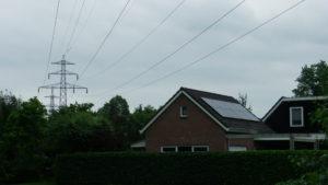 Bij sommige huizen lopen de kabels zelfs óver de schuur heen..