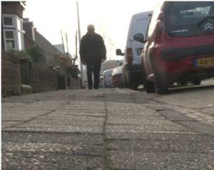 Ouderen hadden moeite met de trottoirs.