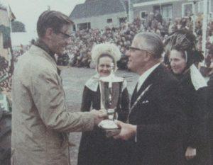 Wim Ganzeboom was niet alleen de naamgever van Stoppelhaene, maar was ook altijd aanwezig, bijv om de prijzen voor de optocht uit te reiken.