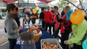 het is traditie in Luttenberg. De deelnemers worden getrakteerd op een appel en/of ei.